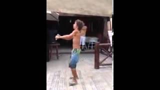 bebado dancando vai no cavalinho kkk