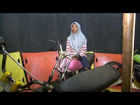 شاهد: إندونيسية تخوض غمار رياضة -حائط الموت- بحجاب بدل الخوذة…  - 14:54-2019 / 9 / 11