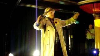 """Lytse Hille tijdens zijn presentatie van zijn cd-single """"de speelman"""""""