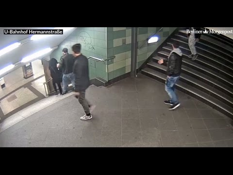 Türke stößt eine Deutsche stiegen hinunter - Turkish guy pushing German girl down stairs