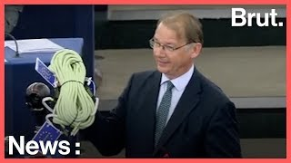 Parlement européen : un député belge offre une corde à Emmanuel Macron