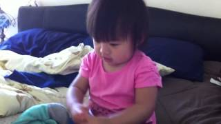Cute baby does Gwiyomi Song