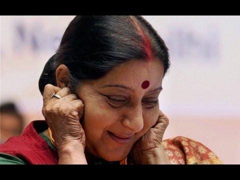 Sushma Swaraj Funny Comment, Swarmed By Cameramen - Uncut Video
