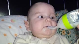 Наш малыш 4 месяца учится кушать с ложечки и болтает