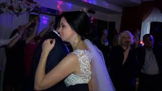 Свадебный танец папы с дочкой.Поёт мама невесты.Очень трогательно,душевно,искренне и по-родному)))