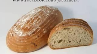 Jde chleba a potka chleba s máslem