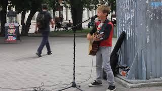 Выступление 10-летнего музыканта в Первомайском сквере