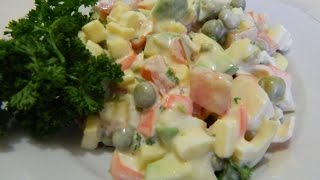 Салат с авокадо, крабовыми палочками под майонезом (сыр, помидор, зеленый горошек, зелень).