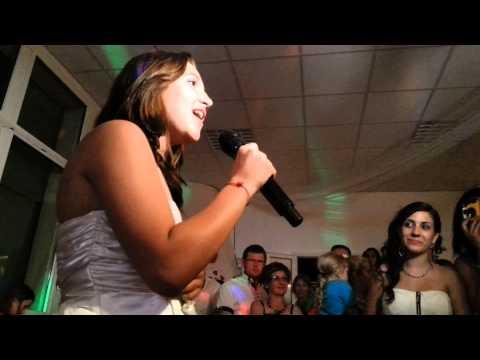 La fille de la mariée qui chante pleins d émotions