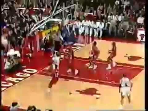 meilleure sélection fccf0 0b88b Michael Jordan saute au dessus de l'épaule d'un adversaire pour dunker-  MyNBA2k FR