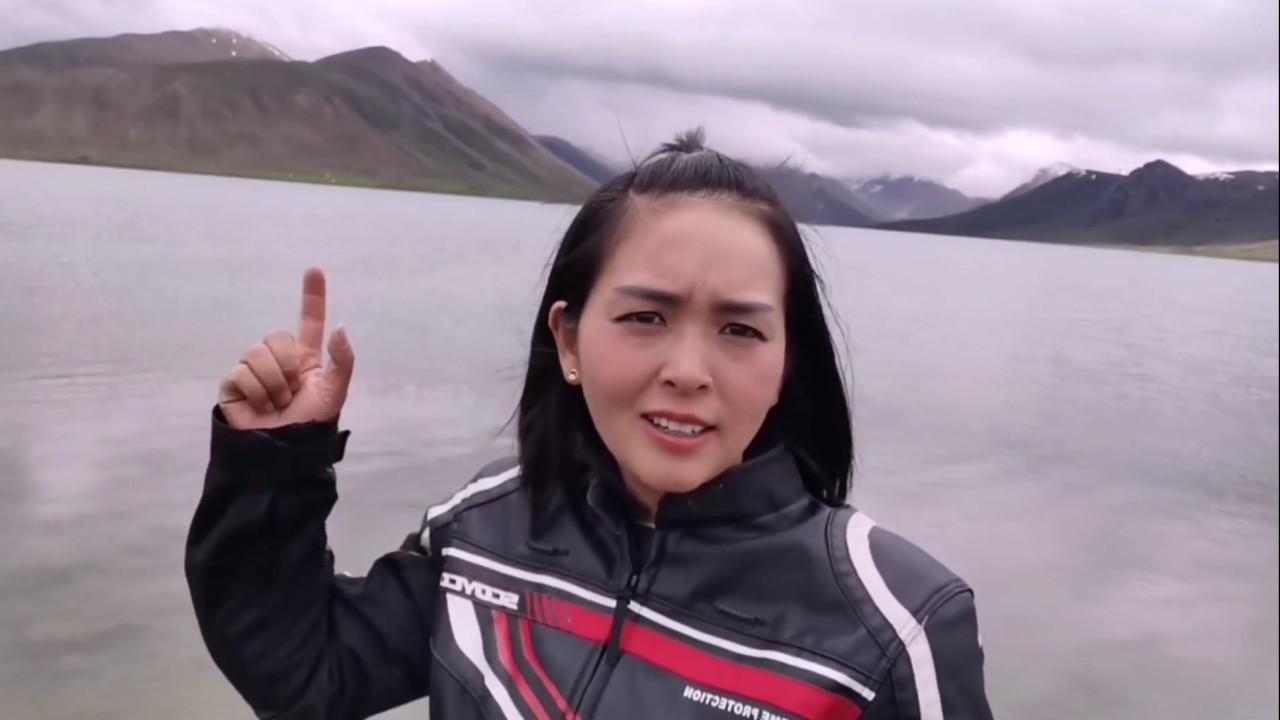 (148)藏族小哥太逗了,6个人推着摩托车过河,差点連人带车被冲走