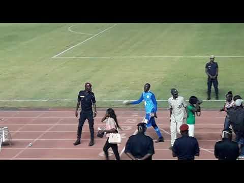 Khadim Ndiaye gardien des lions met le show au stade Léopold Sedhar Senghor match vs Afrique du Sud