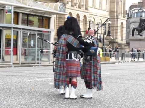 Pipers waiting for the Pope