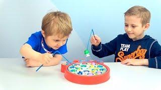 РЫБАЛКА для ДЕТЕЙ - Даник и Никита играют вместе с папой! Видео для малышей.