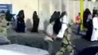 شاهد كيف ترك الشيعه نسائهم وهربو في البقيع