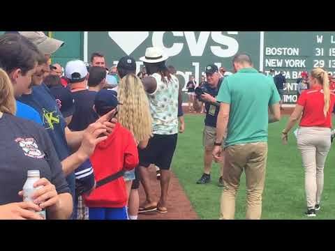 Hanley Ramirez meets Boston Red Sox fans with megaphone, sun hat, tank top and shorts (video)