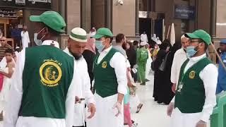 100 شاب وشابة يقدمون 1700 وجبة يومياً في المسجد الحرام (فيديو)