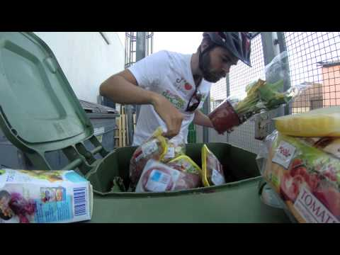 Guy Travels 3,000 Kilometers Eating Only from Dumpsters to Protest Against Food Waste