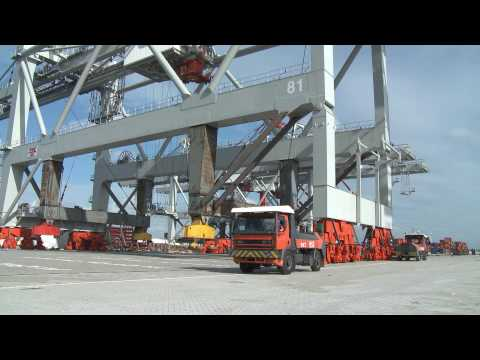 Unloading a 2000 ton Container Crane from the Zhenhua 13