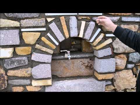 Резаный камень: ниша для крана, с подсветкой. Покрытие каменной стены.