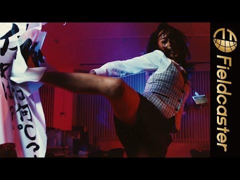 高橋メアリージュンがOL姿で回し蹴り!