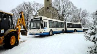 Árokba csúszott busz mentése traktorral Vépen - 2013.01.14.