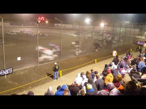 Its the return of the world of outlaws at the Bakersfield speedway