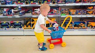 يتظاهر كريس الصغير باللعب بالألعاب - أفضل مقاطع الفيديو مع الأخ الصغير