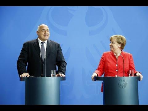 """Бойко Борисов: С федералния канцлер Ангела Меркел обсъдихме различни теми от глобален и регионален мащаб. Сред тях бе и финансово-икономическото състояние на страната ни – ние спазваме правилата относно дефицит, дълг, безработица. Мисля, че сме за пример в момента. Ще направим необходимото и ще положим усилия България да е на """"първа скорост"""". Както и канцлерът каза – заслужаваме го, полагаме усилия, правим необходимото това да се случи и на фона на много други държави мисля, че сме се справили нелошо. Днес излезе и новата статистика на НСИ за 3,5% ръст на икономиката. Скоро отново ще сме в Берлин и ще продължим разговорите с финансовия министър Шойбле по темата за влизането в """"чакалнята"""" на Еврозоната, механизма на обменните курсове ERM II. Сред положителните страни от този процес би било потенциално намаляване на лихвите по кредитите, би било изключително добре и за инвеститори от страни като Германия. Много още може да се желае, много повече и в реформите, които правим, затова продължаваме да работим усилено."""