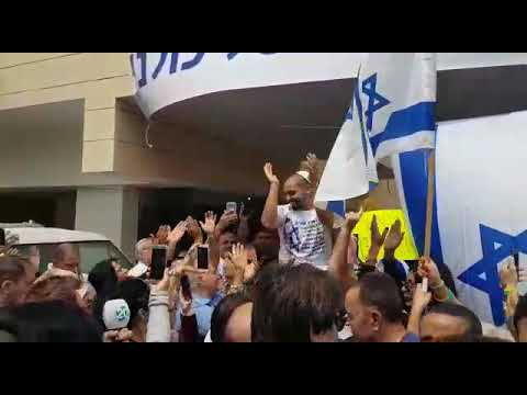 Crowd celebrates with released IDF soldier
