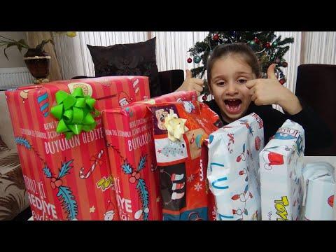 Lina Yeni Yıl Hediyelerini Açıyor | Funny Kids Video