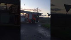Brand Lagerhalle Feuerwehr Bad Dürkheim 1, DLK Und TLF auf Anfahrt