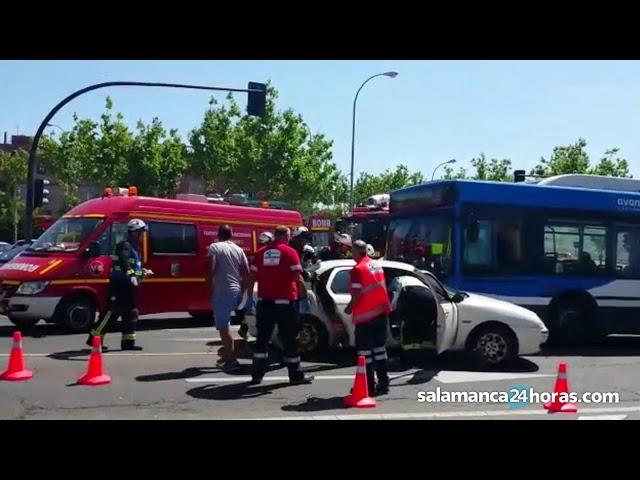 Colisión entre un autobús y un coche en la glorieta del Tratado de Tordesillas (Salamanca)