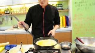 Yamicook廚藝教學分享--王祥富老師示範用圓的平底鍋煎玉子燒