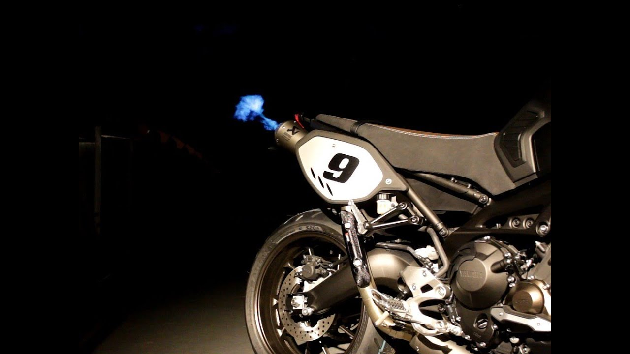 yamaha mt 09 sport tracker akrapovic exhaust by night. Black Bedroom Furniture Sets. Home Design Ideas