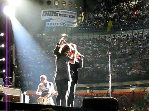 U2-Party Girl, Milan, 07-07-2009, 360°-Tour (with Eve Hewson on stage)