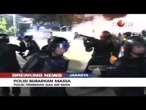Detik-detik Polisi Tembak Gas Air Mata Dan Bubarkan Massa Setelah Peringatan Ketiga