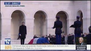 En hommage à l'écrivain Jean d'Ormesson, Emmanuel Macron dépose un crayon sur son cercueil