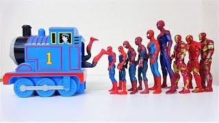 スパイダーマン、アイアンマン、ハルク、キャプテンアメリカ! スーパーヒーローがトーマスのキャリーケースに乗り込む!