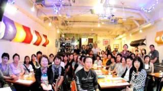 中目黒「楽屋」で行われたカズン @Home in 楽屋 part 2 での記念撮影。 ...