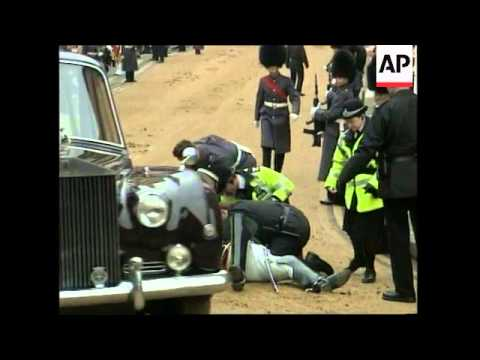 UK: CAVALRYMAN THROWN FROM HORSE DURING QUEENS PARADE