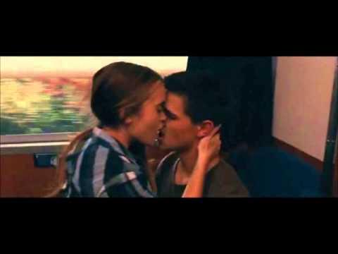 Taylor e Lily Beijo Romântico no Trem