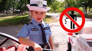 Eva y mamá juegan a la policía - reglas simples para los niños