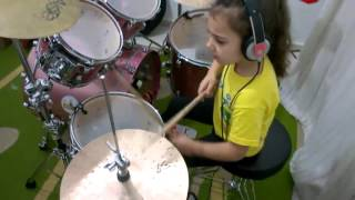 Маленькая девочка шикарно играет на ударных песню System Of A Down