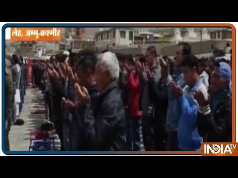 देशभर में मनाया जा रहा EID का जश्न, Jammu से Delhi तक मस्जिद में नमाज अता करने पहुंचे लोग