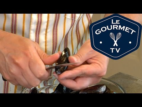 How to Clean and sort Mussels - LeGourmetTV