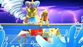 Амелька и Кукла ЛОЛ играют в Дочки-Матери! Почему домик оказался в Бассейне?