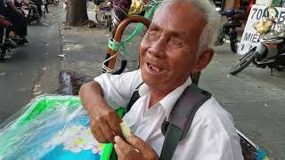 Mua hết rổ bánh bông lan của cụ ông 70 tuổi trao đến người khó khăn