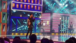 atif-aslam-calling-his-wife-on-stage-for-singing