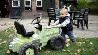 klein mannetje met grote tractor